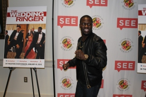Kevin Hart arrives and begins greeting the press. November 1st, 2014. (Lauryn Froneberger/Pulsefeedz)